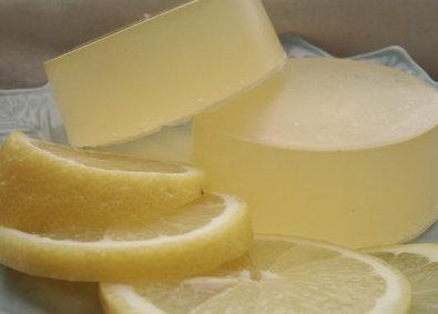 Savon réveil citronné vivifiant : recettes de cosmétiques naturels maison avec macosmetoperso